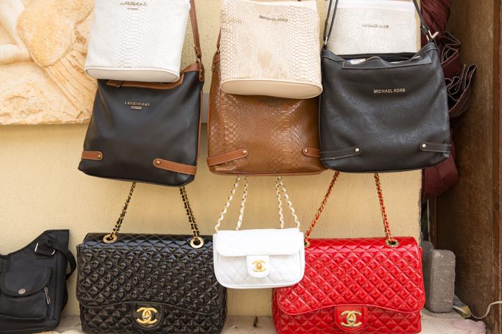 7db980cdee1 Die leuke handtas van Gucci of Vuitton die je tijdens uw vakantie voor een  spotprijs van een plaatselijke straathandelaar op de kop kon tikken?